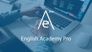 Persona frente a un ordenado y logo de English Academy Pro